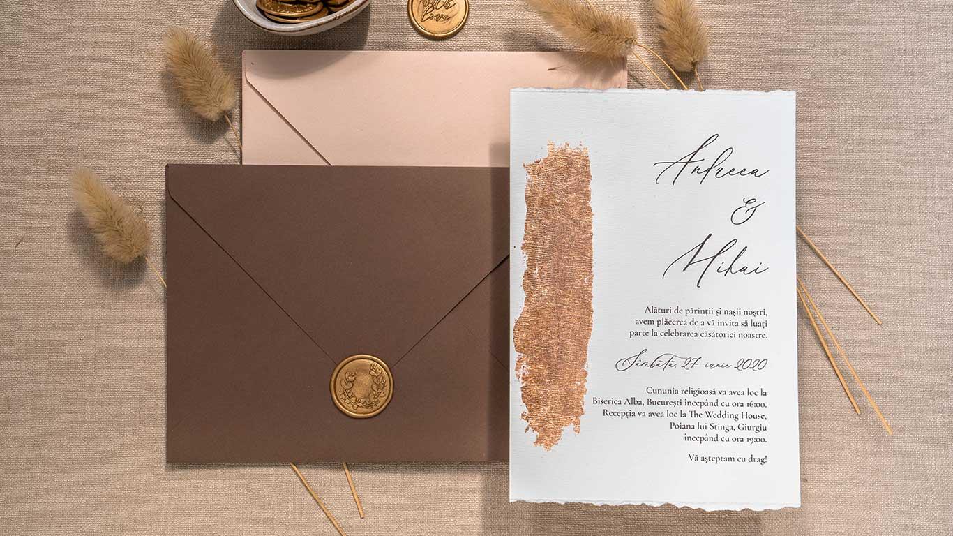 invitatie de nunta cu foita copper si plic maro cu sigiliu auriu