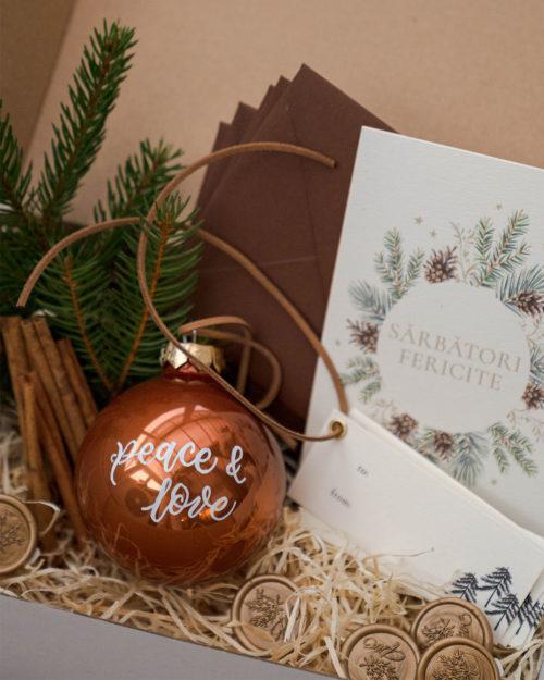 cutie cu felicitari de Craciun, glob scris caligrafic, etichete personalizate, crengute brad si scortisoara pentru impachetat cadouri Craciun